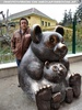Bei der großen Panda Skulptur