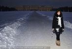 Eva D. vor Schloss im Schnee