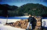Holz hinter der alten Hütte