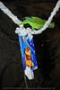 Grüner Papagei spielt